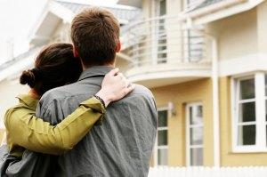 couple-mortgage-home